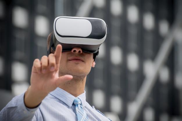 Geschäftsmann, der kopfhörer der virtuellen realität justiert