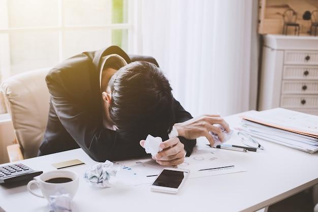 Geschäftsmann, der krank und müde sich fühlt. geschäftsmann, der sich außerhalb der arbeit im büro gestresst fühlt