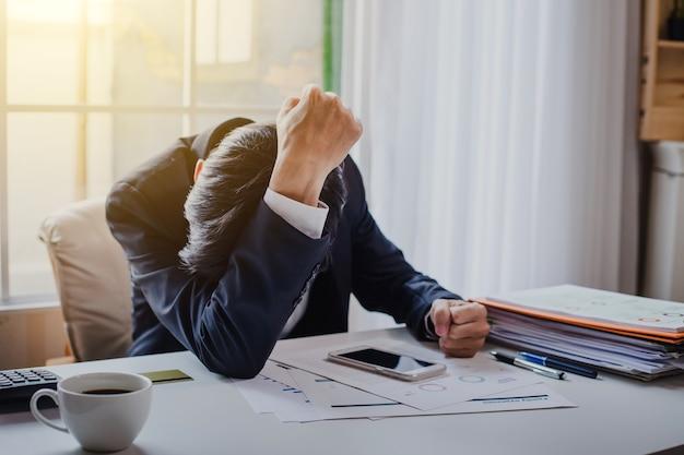 Geschäftsmann, der krank und müde sich fühlt. geschäftsmann, der sich von der arbeit gestresst fühlt