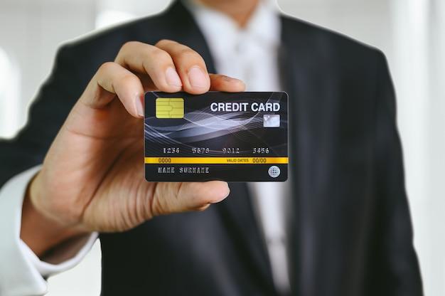 Geschäftsmann, der kreditkarte hält
