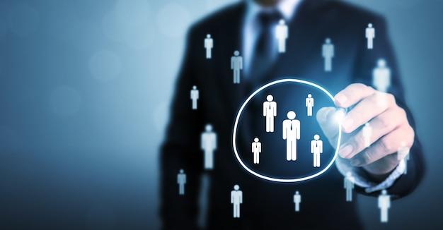 Geschäftsmann, der kreis auswählt, wählen gruppenleute aus, die aus menge herausstehen