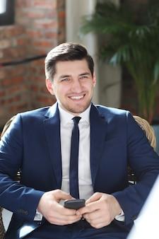 Geschäftsmann, der lächelnd aufwirft
