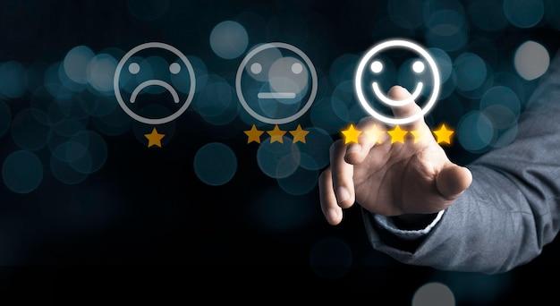 Geschäftsmann, der lächelnknopf für die beste bewertung, kundenzufriedenheitskonzept drückt.