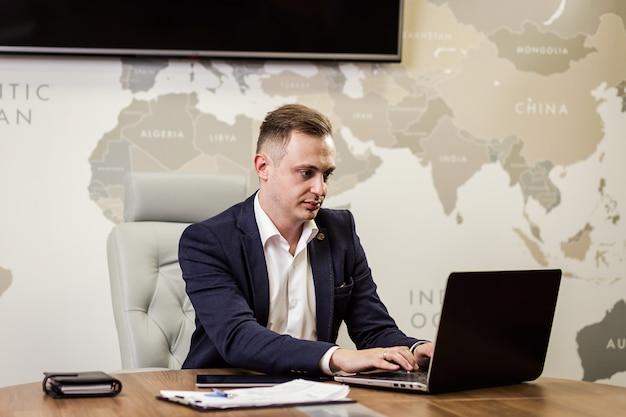 Geschäftsmann, der laptop arbeitet, der netzwerkkonzept verbindet, geschäftsmann, der mit dokumenten auf schreibtisch arbeitet. geschäftskonzept. schließen sie