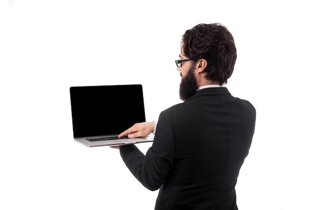 Geschäftsmann, der laptop-computer mit leerem bildschirm hält und verwendet, lokalisiert auf weißem hintergrund