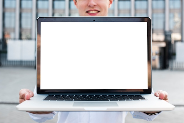 Geschäftsmann, der laptopmodell hält