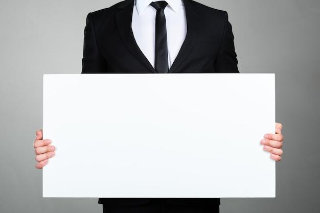 Geschäftsmann, der leeren bilderrahmen hält