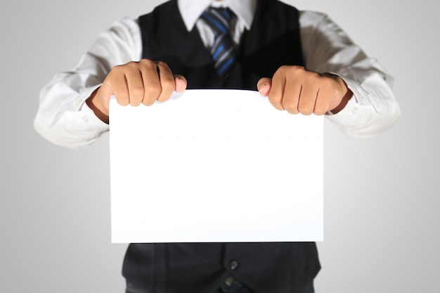 Geschäftsmann, der leeres papier hält