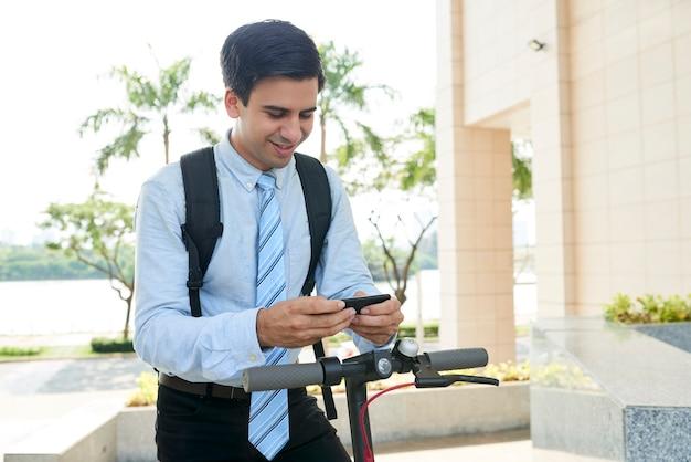 Geschäftsmann, der lustige textnachricht liest