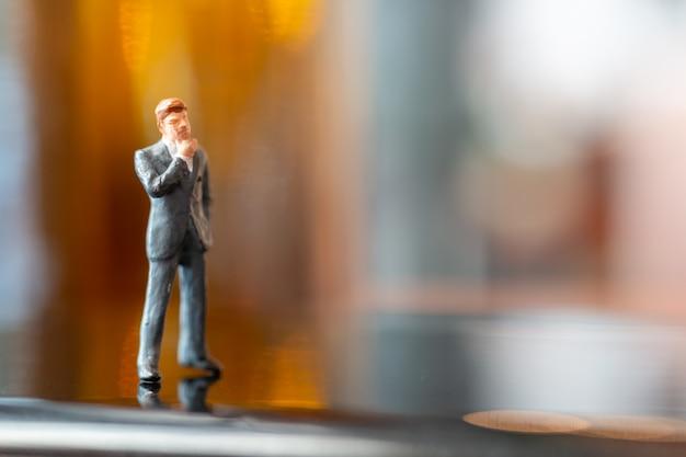 Geschäftsmann, der mit colorfull hintergrund steht und denkt