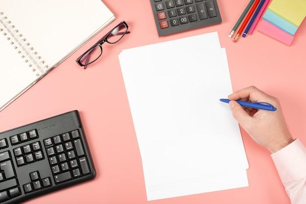 Geschäftsmann, der mit dokumenten arbeitet. zwischenablage modell vorlage papierkram, finanzberichte, lebenslauf, brief, formular, vertrag.