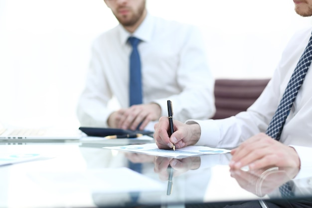 Geschäftsmann, der mit finanzdaten arbeitet, hautnah