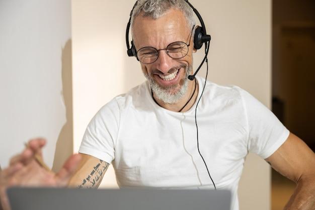 Geschäftsmann, der mit hilfe eines kabelgebundenen headsets spricht
