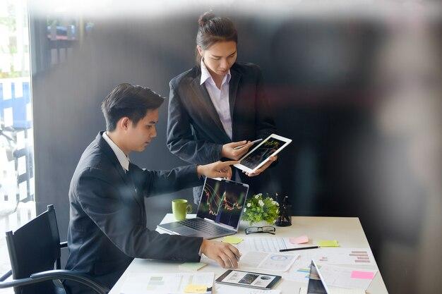 Geschäftsmann, der mit investitionsfondsfinanzbestandsberichtanalyse im digitalen computersystem sich trifft.