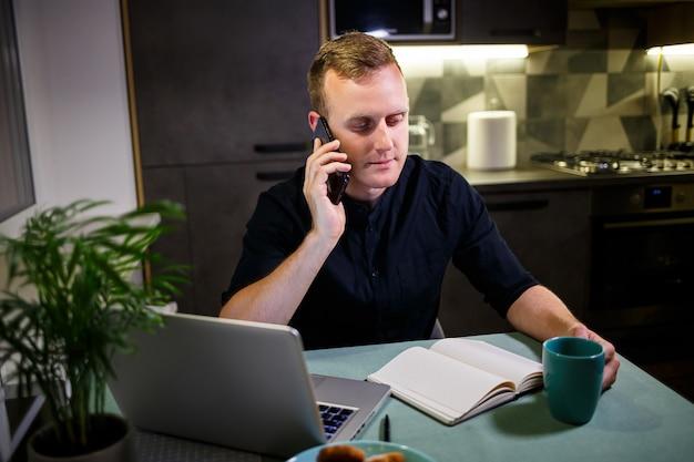 Geschäftsmann, der mit laptop arbeitet, von zu hause aus arbeitet, nachdenklich und besorgt über die zukunft, telefoniert, börsentrends, nachrichten, virenquarantänezeit virus