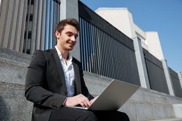 Geschäftsmann, der mit laptop arbeitet