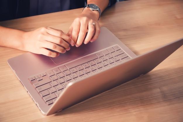 Geschäftsmann, der mit laptop im seminarraum arbeitet