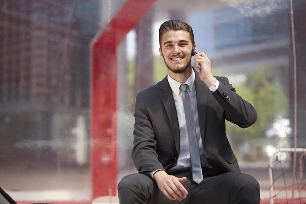 Geschäftsmann, der mit mobile in der städtischen stadt spricht