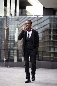 Geschäftsmann, der mit mobile in der städtischen umwelt spricht