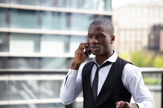 Geschäftsmann, der mit mobile und laptop i arbeitet