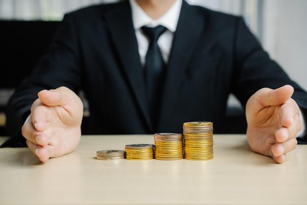 Geschäftsmann, der mit münzgeldwährung arbeitet