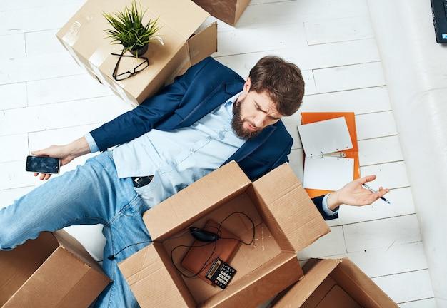 Geschäftsmann, der mit offiziellen dingen am telefon spricht. hochwertiges foto Premium Fotos