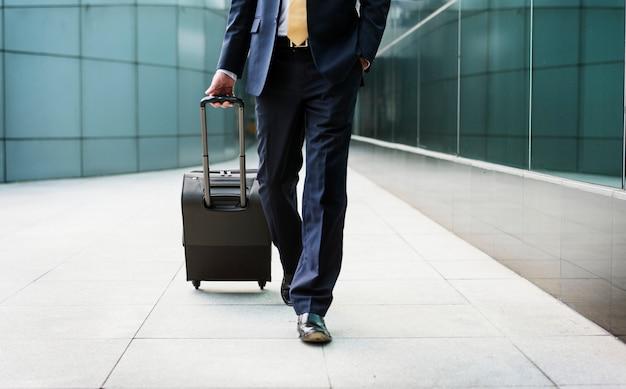 Geschäftsmann, der mit seinem gepäck geht