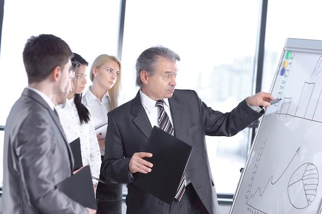 Geschäftsmann, der mit stift auf dem flipchart zeigt. geschäfts präsentation