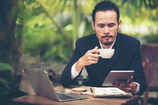 Geschäftsmann, der mit tablette, onlinegeschäft arbeitet