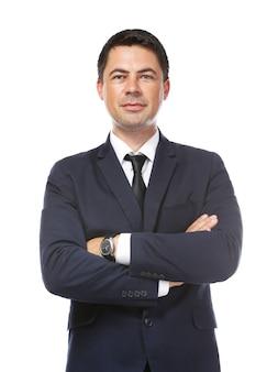 Geschäftsmann, der mit verschränkten armen auf weiß aufwirft