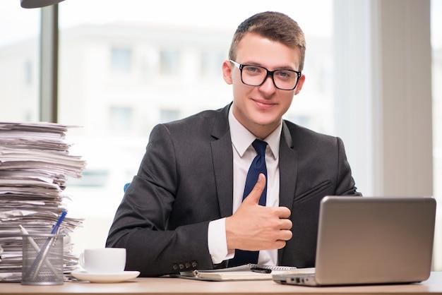 Geschäftsmann, der mit viel schreibarbeit arbeitet