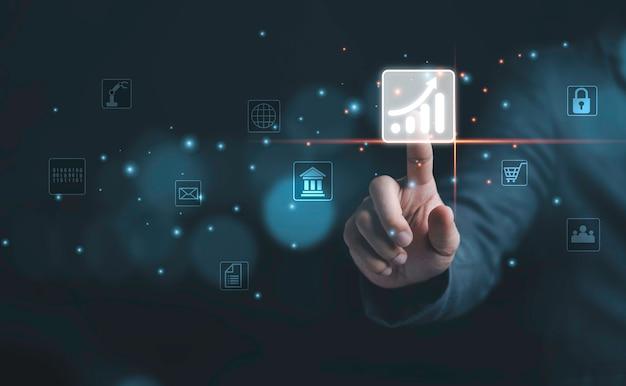 Geschäftsmann, der mit virtuellem diagrammsymbol auf kopienraum, investitions- und technologiekonzept berührt.