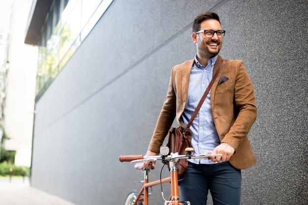 Geschäftsmann, der morgens mit dem fahrrad zur arbeit fährt. weg ins büro.