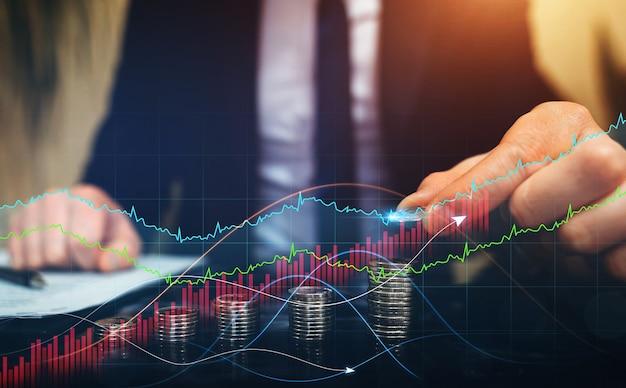Geschäftsmann, der münzen mit einem digitalen technologiediagramm des gewinns stapelt entwicklung der geschäftsstrategie i