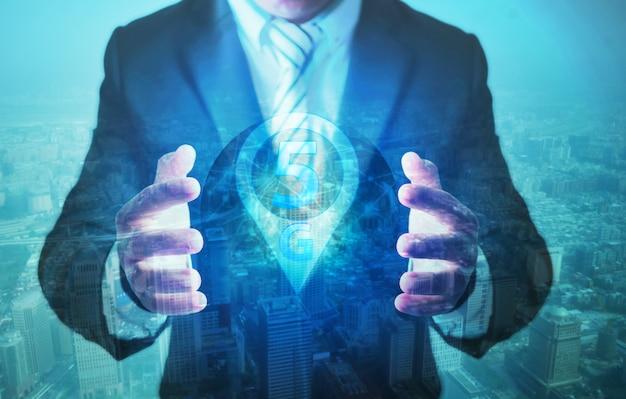 Geschäftsmann, der netz und sozialverbindungslinie mit technologie 5g hält