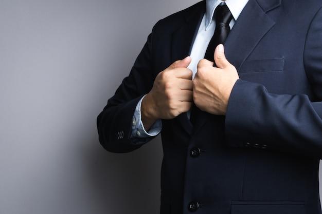 Geschäftsmann, der oben kleidet