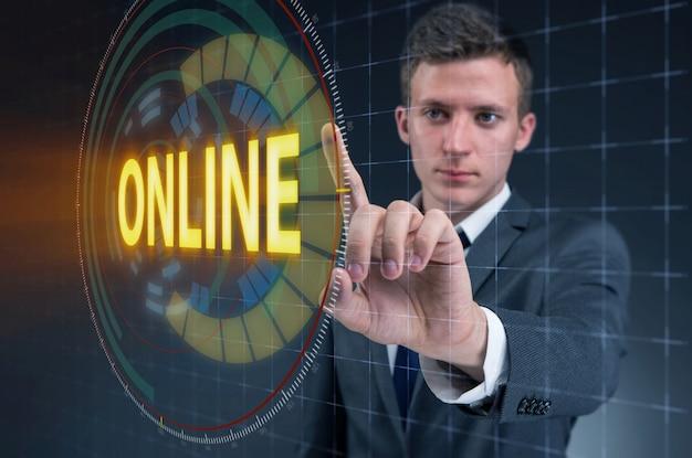 Geschäftsmann, der online virtuellen knopf bedrängt