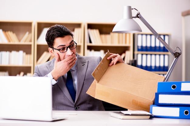 Geschäftsmann, der paket im büro empfängt
