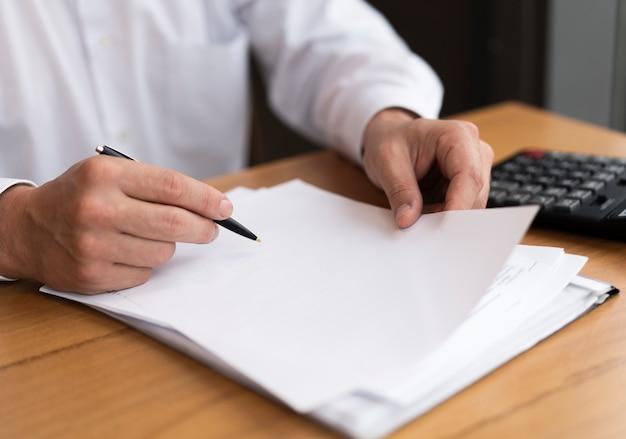 Geschäftsmann, der papier und stift hält