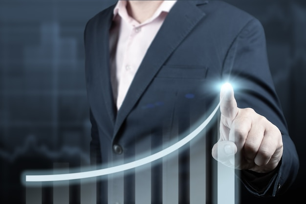 Geschäftsmann, der pfeilgrafik-zukünftigen wachstumsplan des unternehmens zeigt und prozentsatz erhöht.