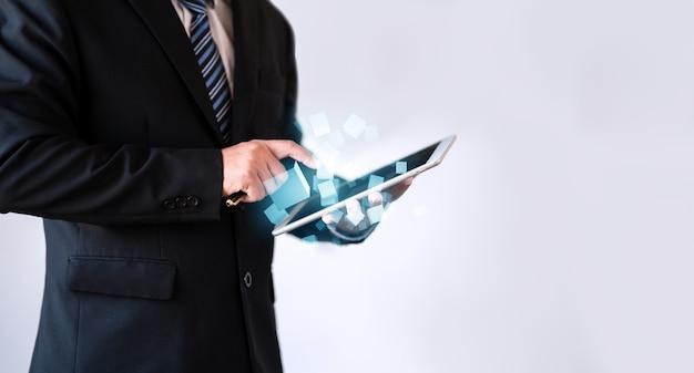 Geschäftsmann, der polygon-, geschäfts- und online-technologiekonzept berührt