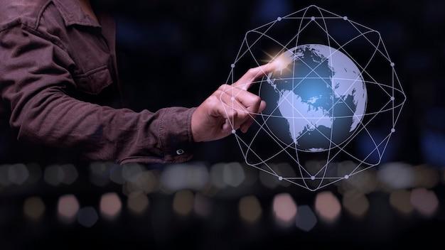 Geschäftsmann, der punkt auf den globalen verbindungslinien zeigt
