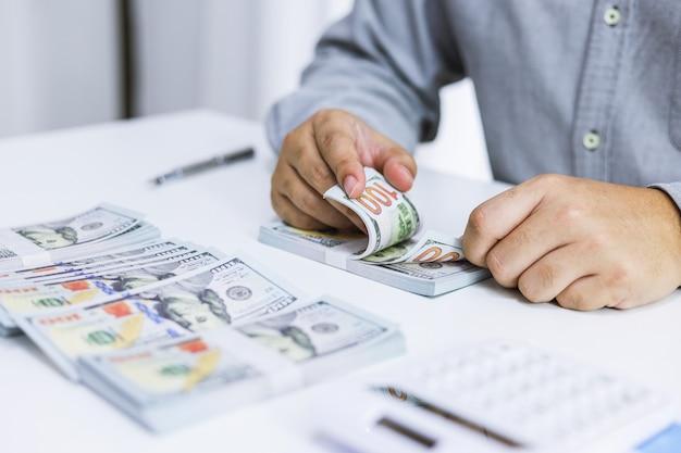 Geschäftsmann, der rechnungen prüft. steuern bankkontostand und berechnung der jährlichen finanziellen