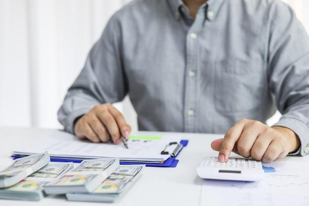 Geschäftsmann, der rechnungen prüft. steuern bankkontostand und berechnung des jahresabschlusses des unternehmens. rechnungslegungsprüfungskonzept.