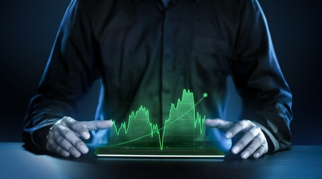 Geschäftsmann, der rentable holographische technologiediagramme der börse zeigt