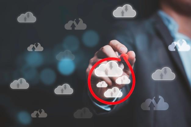 Geschäftsmann, der rote kreismarkierung zeichnet, um virtuelles cloud-computing auszuwählen