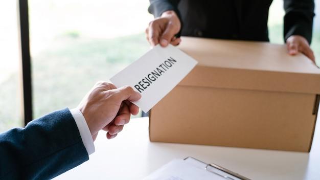 Geschäftsmann, der rücktrittsschreiben an den ausführenden arbeitgeber sendet