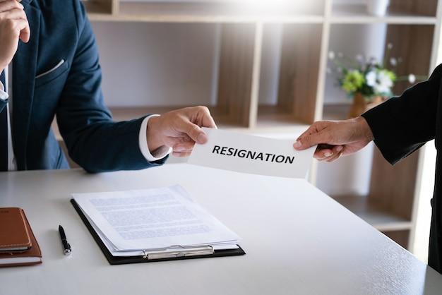 Geschäftsmann, der rücktrittsschreiben an den chef des ausführenden arbeitgebers auf dem schreibtisch sendet, um kündigungsvertrag, arbeitsvermittlung und stellenangebot-konzept zurückzuziehen.
