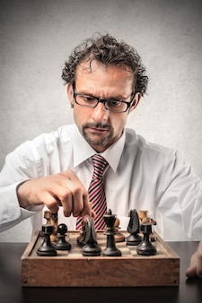 Geschäftsmann, der schach alleine spielt