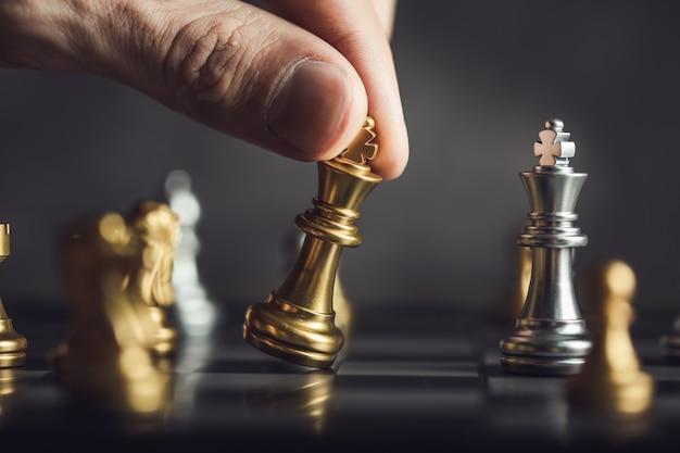 Geschäftsmann, der schach lokalisiert auf schwarz spielt